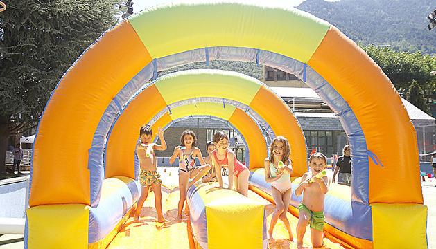 Els nens gaudeixen d'un dels inflables gegants.