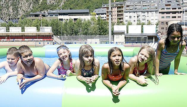 Els nens es banyen a una de les piscines inflables.
