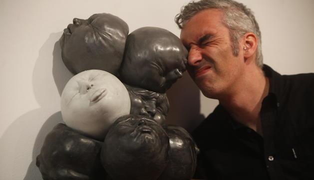 L'artista Samuel Salcedo en una de les exposicions anteriors