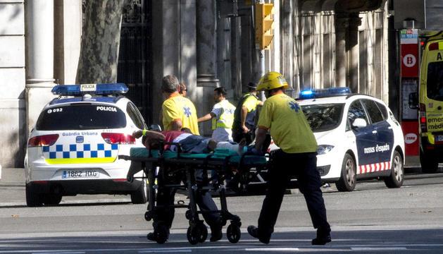 Equip d'emergències atenent les víctimes a la Rambla.