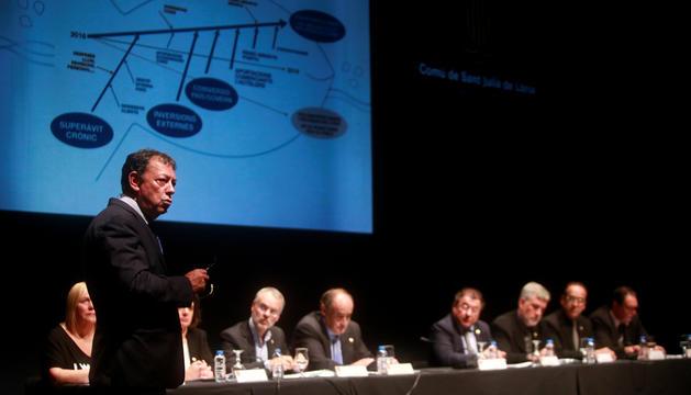 Josep Miquel Vila durant la reunió de poble que va celebrar l'octubre del 2016.