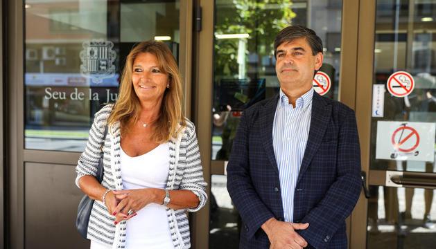 Elisa Muxella i Agustí Carles, ahir després de presentar l'ampliació de la querella a la Batllia.