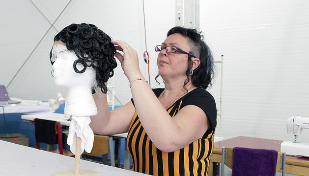 Isabel Ruiz 'Piti' preparar les perruques per al xou.