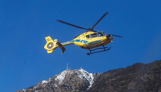 Els bombers realitzen cinc sortides amb helicòpter per rescats de muntanya