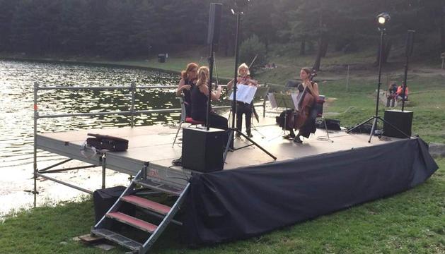 El quartet a l'escenari a la vora del llac.