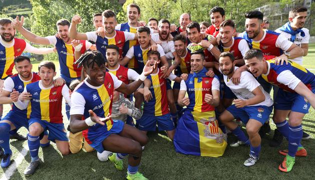 Els jugadors de l'FC Andorra celebren l'ascens a Tercera.