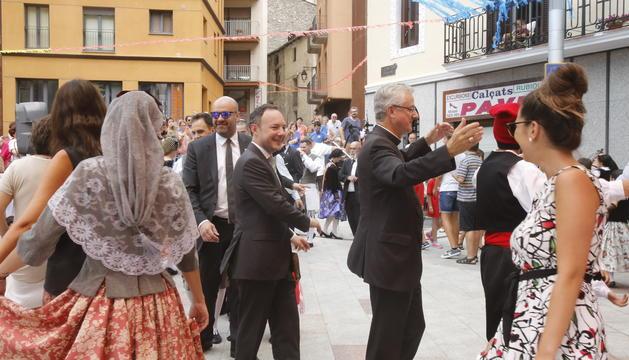 El cap de Govern, Xavier Espot, i el copríncep episcopal, Joan-Enric Vives, al tradicional ball de Santa Anna