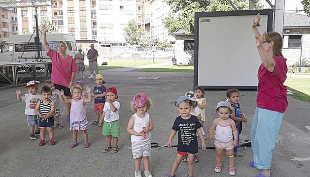 Els més petits gaudeixen d'una de les activitats de les tardes d'estiu.