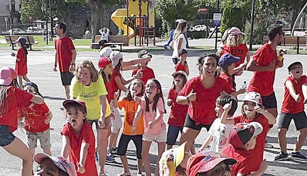 Els infants aprenen coreografies d'allò més particular.