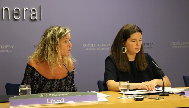 es conselleres generals Maria Martisella (GPD) i Eva López (GPL) durant la presentació de l'esborrany