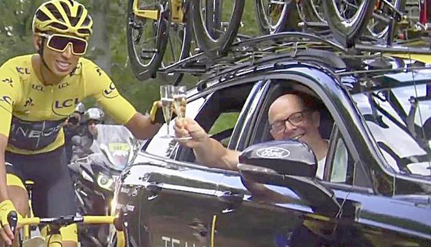 Egan Bernal brindant amb el mallot groc.