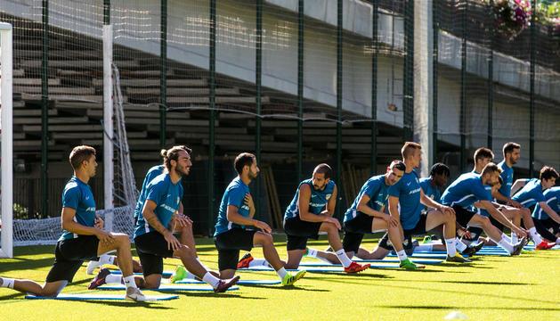Jugadors de l'FC Andorra s'entrenaven en la històrica jornada d'ahir, quan es va retornar als despatxos a Segona B vint anys després.