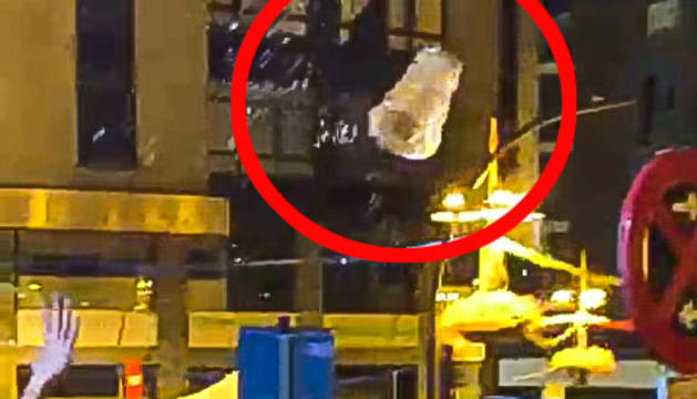 Vídeos que circulen per xarxes socials i en què es veu que també hi va haver llançament de gots.