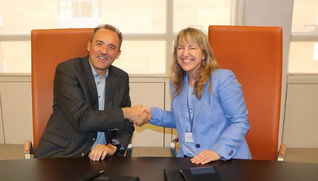 El director general d'Andorra Telecom, Jordi Nadal, amb la directora del consorci d'Alastria, Montserrat Guardia
