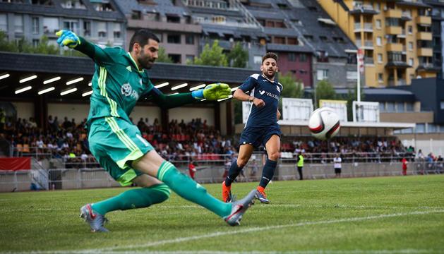 Una jugada del partit d'anada disputat a l'Estadi Joan Samarra la setmana passada