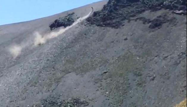 Un instant del vídeo en què es veu García ascendint per la zona protegida.
