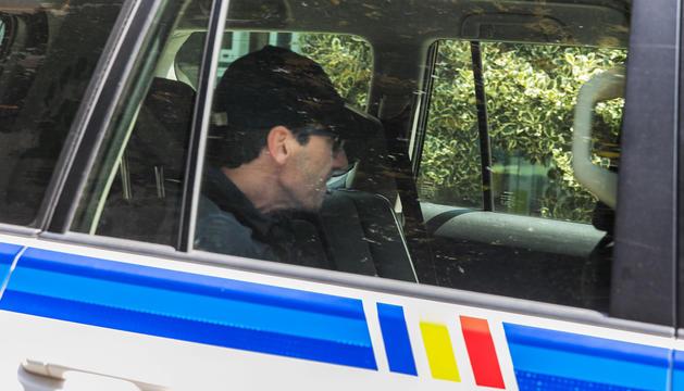 Tomàs Gea, que es troba en arrest domiciliari, arribant a declarar dins d'un cotxe policial.