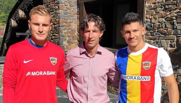 Miguel Bañuz i Miguel Loureiro, amb el director esportiu, Jaume Nogués de l'Andorra.
