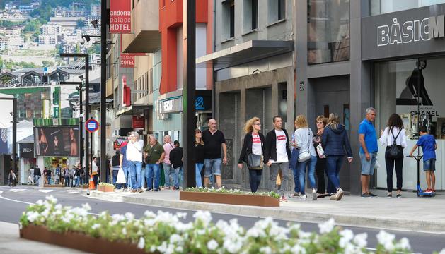 Turistes passejant per l'avinguda Meritxell.