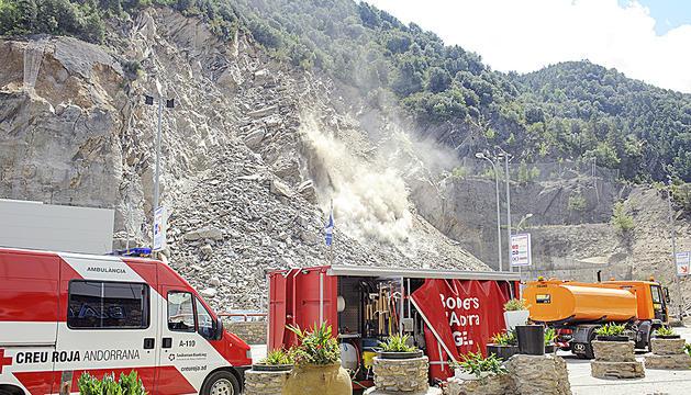 Al llarg de tota la jornada van caure rocs a la zona de l'esllavissada de dissabte.