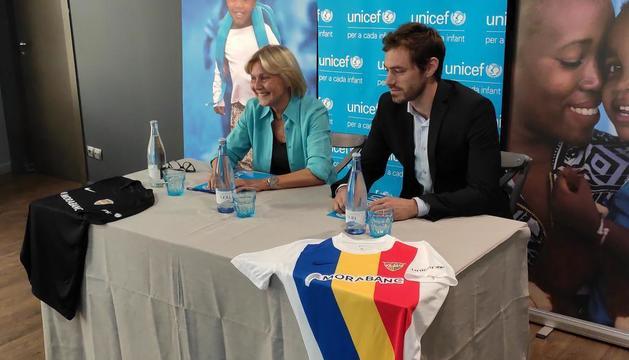 La presidenta de l'Unicef Andorra, Laura Álvarez, i el membre del consell d'administració de l'Andorra, Higini Cierco, en la presentació de l'acord.