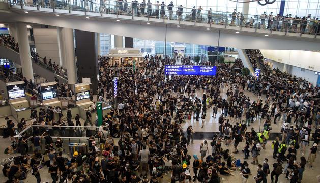 Manifestants a l'aeroport de Hong Kong.