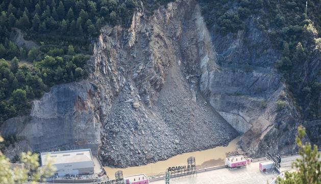 Visió en alçada dels efectes de l'esllavissada on es veu la muntanya caiguda i l'aigua a la part inferior.