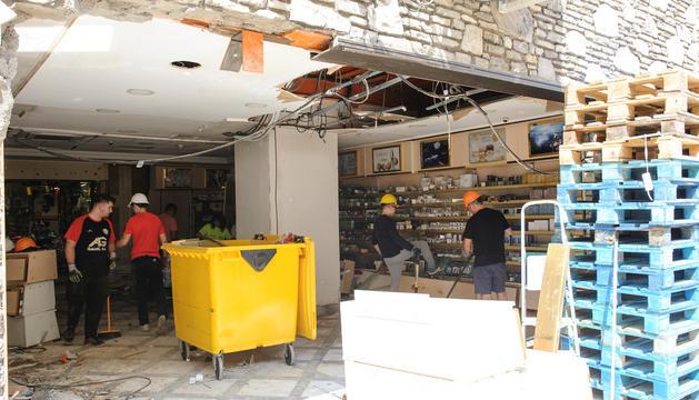 Treballadors realitzant les tasques de neteja de l'interior del Punt de Trobada.