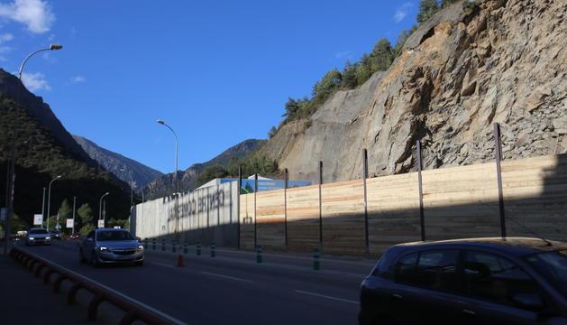 El trànsit i els murs provisionals a la zona de l'esllavissada