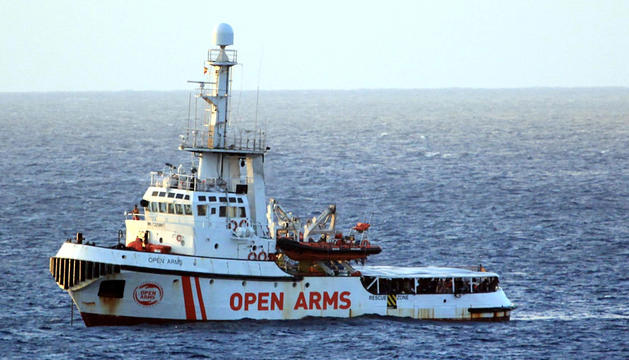 L''Open Arms' va entrar ahir en aigües italianes en espera de desembarcar els 147 migrants.