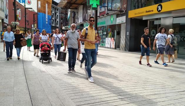 Turistes passejant pel centre d'Andorra la Vella.
