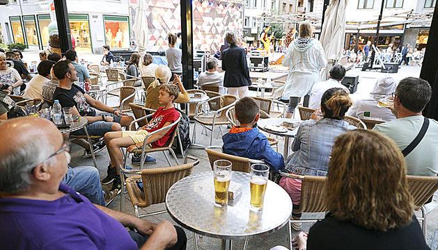 La plaça Coprínceps s'omple cada tarda, amb més gent quan hi ha concert.