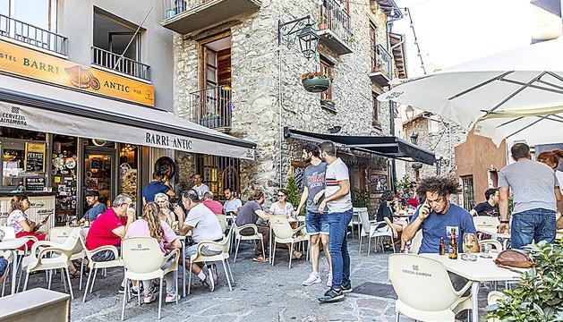 El centre històric s'ha consolidat com a zona de referència per fer un beure al carrer.