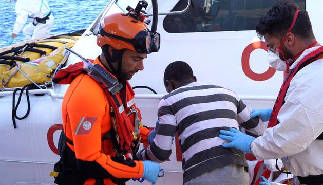 Un dels menors desembarcant a Lampedusa.