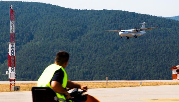 Un avió fent proves d'aterratge a l'aeroport de la Seu.