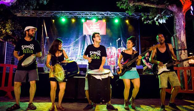 Els integrants de Sambà de Festa durant una de les actuacions.