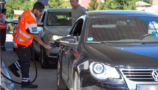 Vehicles en una benzinera de Portugal.