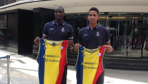 Bandja Sy i Tyson Pérez mostren la samarreta tricolor.