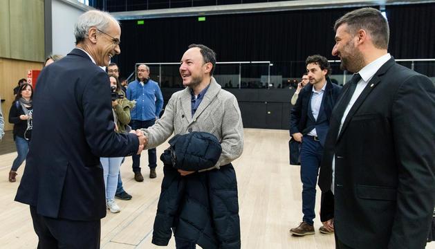 Toni Martí i Xavier Espot se saluden després de votar en les eleccions a l'abril, al costat d'Esteve Vidal.