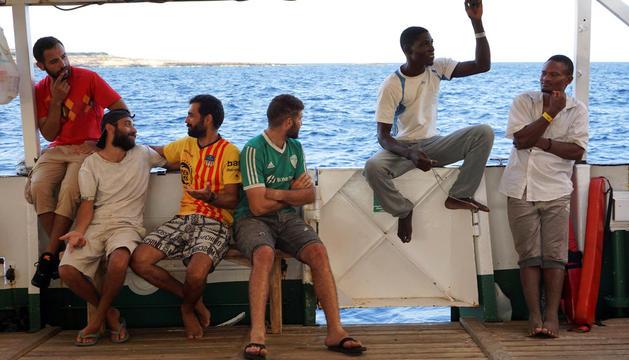 Alguns dels migrants, abans de ser desembarcats.