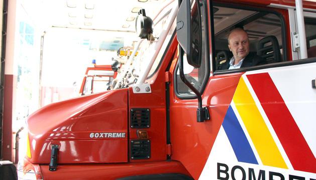 El ministre de Justícia i Interior, Josep Maria Rossell, dins un dels camions d'extinció