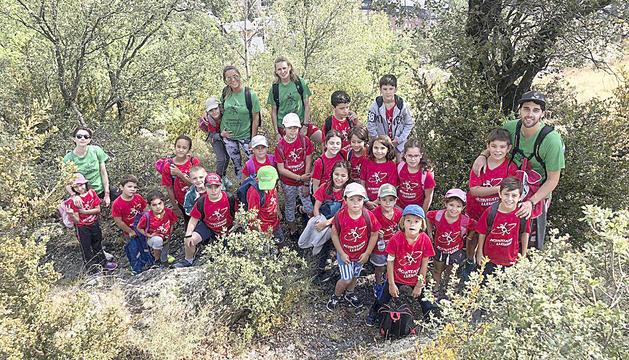 Els infants del casal de Sant Julià durant una excursió a la muntanya