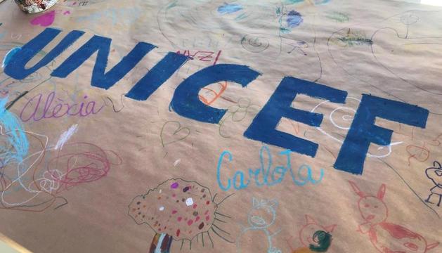 53 nens van participar en el mural solidari.