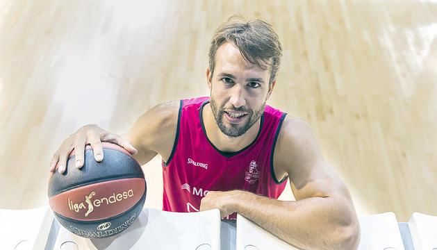 Nacho Llovet al Poliesportiu d'Andorra després de l'entrevista.