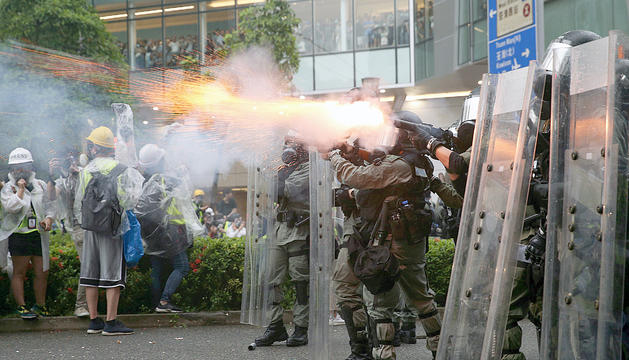 La policia va disparar gasos lacrimògens contra els manifestants.