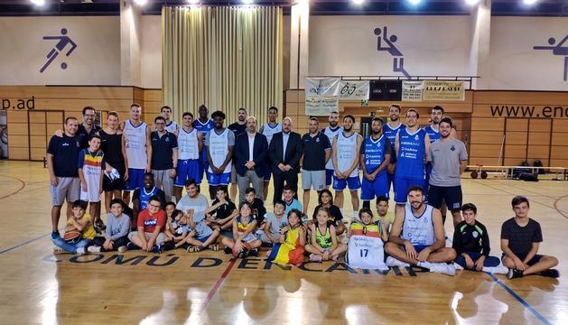 Els jugadors del MoraBanc, Gorka Aixàs, Jordi Torres i els infants del Pas de la Casa que han participat en l'activitat conjunta realitzada aquesta tarda.