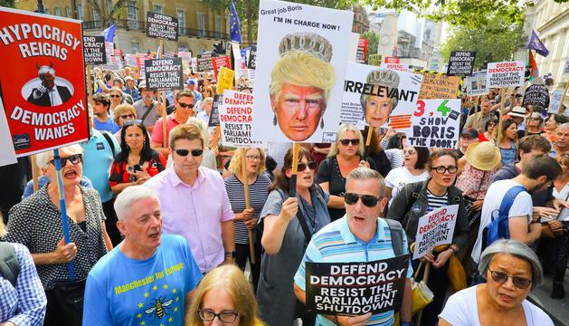 Protestes davant la residència oficial del cap de govern a Londres.