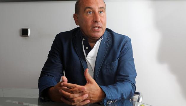 Alfons Calvera prepara, amb els altres fundadors d'UPA, l'acta fundacional del partit.