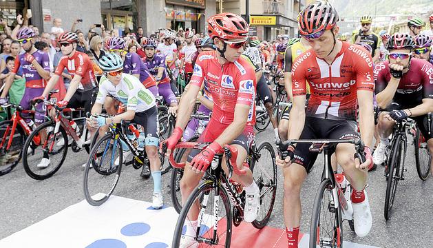 Part del pilot de ciclistes a l'avinguda de Tarragona d'Andorra la Vella abans de la sortida de la novena etapa de La Vuelta que va acollir ahir el Principat.