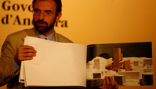 Juli Minoves presentant el projecte de Frank Gehry per al Museu de la Pau i de la Identitat que mai es va arribar a fer.